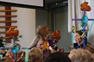 Pastor Anneke in gesprek met de kinderen over de betekenis van Palmpasen